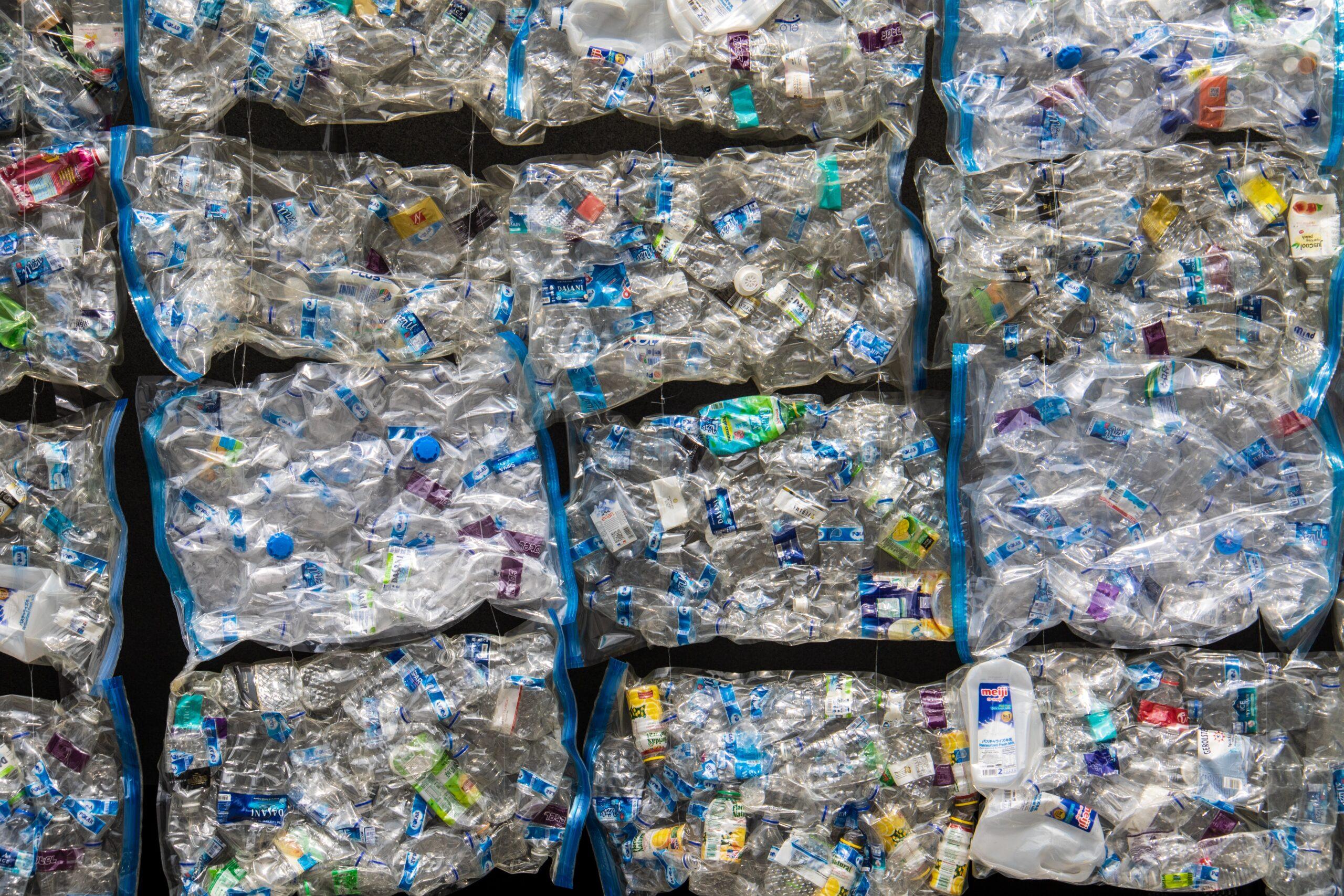 Adventsfenster aus über 1000 PET-Flaschen